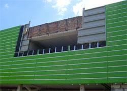 Облицовка линеарными панелям здания.jpg